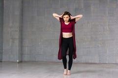 Bailarín joven atractivo del hip-hop Fotos de archivo libres de regalías