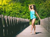 Bailarín latino de la mujer en la extremidad de sus deslizadores del ballet Imagenes de archivo