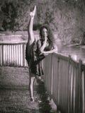 Bailarín latino muy flexible, monocromático Foto de archivo