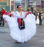 Bailarín mexicano In Times Square Imagen de archivo libre de regalías