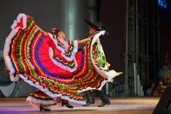 Bailarín mexicano tradicional Red Dress Spreading Imagenes de archivo