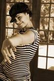 Bailarín moderno atractivo en sombrero negro y tapa rayada foto de archivo