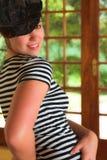 Bailarín moderno atractivo en sombrero negro y tapa rayada fotografía de archivo libre de regalías