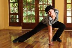Bailarín moderno atractivo en sombrero negro y tapa rayada imagen de archivo