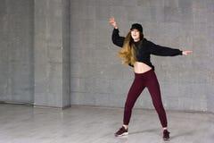 Bailarín moderno de sexo femenino del estilo en el movimiento Imagenes de archivo