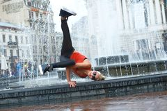 Bailarín moderno de sexo femenino hermoso que se realiza al aire libre Fotos de archivo libres de regalías