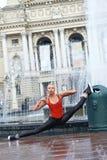 Bailarín moderno de sexo femenino hermoso que se realiza al aire libre Foto de archivo libre de regalías