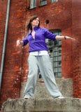 Bailarín moderno del estilo que presenta detrás Fotografía de archivo libre de regalías