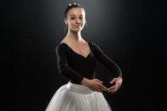Bailarín moderno del estilo que presenta en fondo del estudio Fotografía de archivo libre de regalías