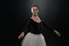 Bailarín moderno del estilo que presenta en fondo del estudio Imagen de archivo