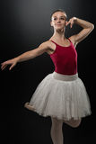 Bailarín moderno del estilo que presenta en fondo del estudio Foto de archivo