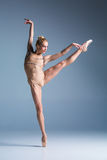 Bailarín moderno hermoso joven del estilo que presenta en un fondo del estudio Imágenes de archivo libres de regalías