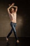 Bailarín moderno joven y elegante en fondo gris Imágenes de archivo libres de regalías