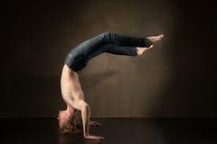 Bailarín moderno joven y elegante en fondo gris Foto de archivo