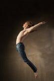 Bailarín moderno joven y elegante en fondo gris Fotografía de archivo libre de regalías