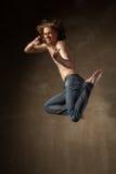 Bailarín moderno joven y elegante en fondo gris Foto de archivo libre de regalías