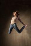Bailarín moderno joven y elegante en fondo gris Fotografía de archivo