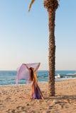 Bailarín oriental que se realiza en una playa Foto de archivo