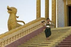 Bailarín Performance del coco en templo Imagen de archivo libre de regalías