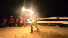 Bailarín polinesio del varón del fuego de Tahitian de la isla del Pacífico almacen de metraje de vídeo