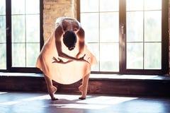 Bailarín profesional moderno que se coloca en la luz del sol imagenes de archivo