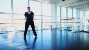Bailarín que hace calentamiento aerobio en el estudio almacen de video