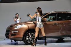 Bailarín que presenta cerca del coche en la demostración de motor de Chengdu 2012 Imágenes de archivo libres de regalías