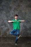 Bailarín que presenta en estudio Imagen de archivo libre de regalías
