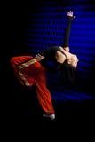 Bailarín que se realiza en fondo oscuro imagenes de archivo