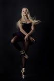 Bailarín rubio agraciado hermoso en pointe brillante del satén Imagen de archivo libre de regalías