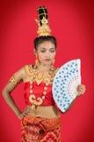 Bailarín tailandés con la fan Fotos de archivo libres de regalías