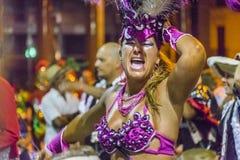 Bailarín vestido Adult Woman en el desfile de carnaval de Uruguay Foto de archivo