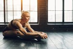Bailarín y deportista rubios atléticos hermosos con hermoso imagen de archivo