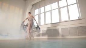 Bailar?n de ballet moderno en traje que fluye esc?nico que se resuelve en el estudio, c?mara lenta almacen de video