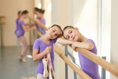 Bailarina adolescente en clase del ballet Imagenes de archivo