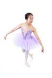 Bailarina asiática joven con los apoyos en actitud de la danza Foto de archivo libre de regalías