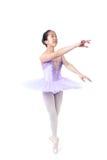Bailarina asiática joven con los apoyos en actitud de la danza Fotos de archivo