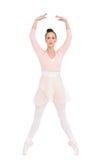 Bailarina atractiva enfocada que se coloca en sus puntas del pie Foto de archivo