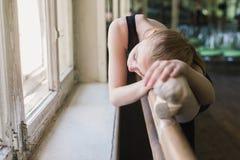 Bailarina atrativa que aquece-se na classe do bailado Foto de Stock Royalty Free