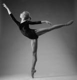 A bailarina bonita é de levantamento e de dança no estúdio Arte do balé clássico Estar em um dedo do pé Retrato preto e branco foto de stock royalty free