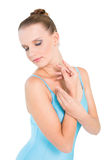 Bailarina bonita natural que presenta con los ojos cerrados Imagen de archivo libre de regalías
