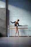 Bailarina bonita nova que levanta no estúdio Foto de Stock
