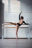 Bailarina bonita nova que levanta no estúdio Foto de Stock Royalty Free