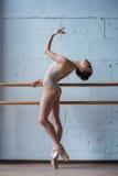 Bailarina bonita nova que levanta no estúdio imagem de stock