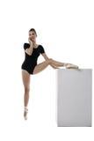 Bailarina bonita que habla en el teléfono durante entrenamiento Imagen de archivo libre de regalías