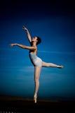 Bailarina com céu azul Fotos de Stock Royalty Free