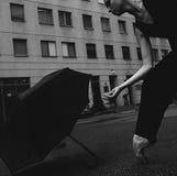Bailarina con el paraguas en la calle de la ciudad Fotos de archivo