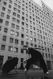 Bailarina con el paraguas en la calle de la ciudad Imagenes de archivo
