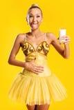 Bailarina con el vidrio de leche o de yogur Imagen de archivo