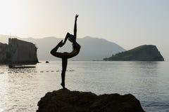 Bailarina da escultura (dançarino de Budva) na manhã backlit, Montenegro fotografia de stock royalty free